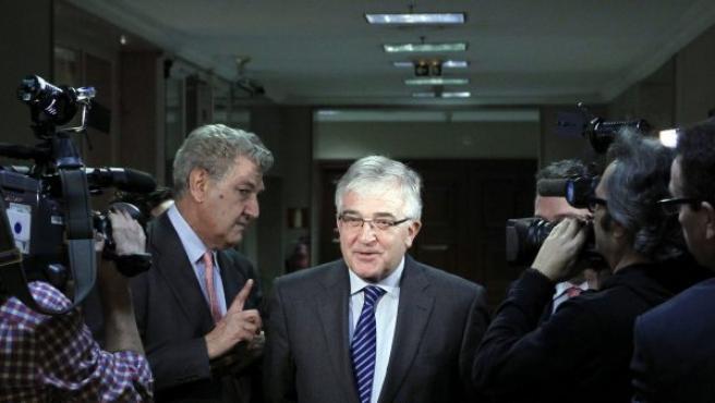 El presidente del Consejo General del Poder Judicial (CGPJ), Gonzalo Moliner (d), acompañado por el presidente de la Cámara Baja, Jesús Posada (i), este lunes en el Congreso.