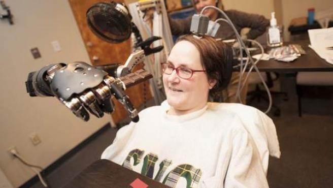 Jan Scheuermann, una mujer de 52 años, paralizada de cuello para abajo, logra mover un brazo robótico utilizando su propio pensamient.