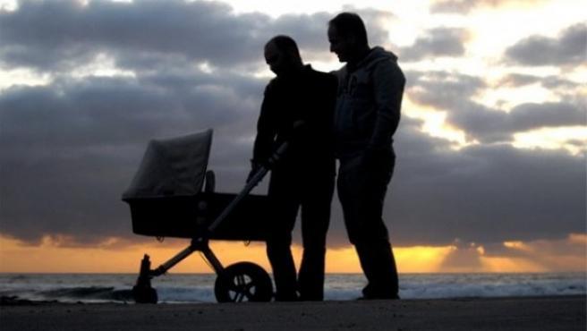 Juan Francisco y Antonio, en la playa con su hija.