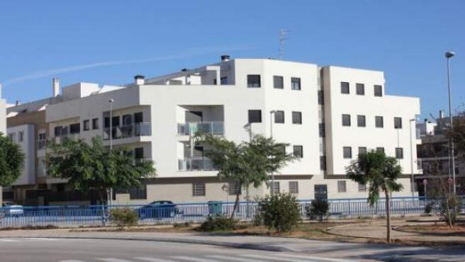 Edificio en L'Alcudia que un promotor inmobiliario ofrece por 50 euros al mes para familias necesitadas.