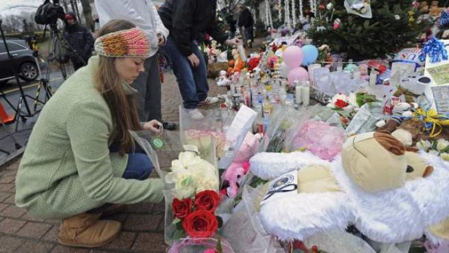 La gente deposita flores en las inmediaciones del instituto de Connecticut, Estados Unidos, en recuerdo de las 27 personas, entre ellos 20 niños que dejó el tiroteo perpetrado por Adam Lanza.