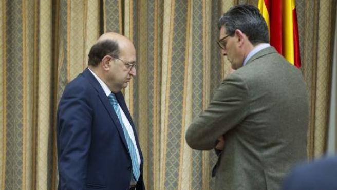 El presidente del Tribunal de Cuentas, Ramón Álvarez de Miranda, conversa con el presidente de la Comisión Mixta para las Relaciones con el Tribunal de Cuentas del Congreso, Ricardo Tarno.