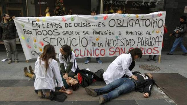 Médicos madrileños escenificando la atención a pacientes en la vía pública durante una protesta contra los recortes.