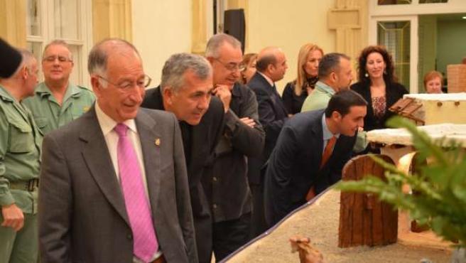 Amat y Cano contemplan el belén navideño instalado en Diputación