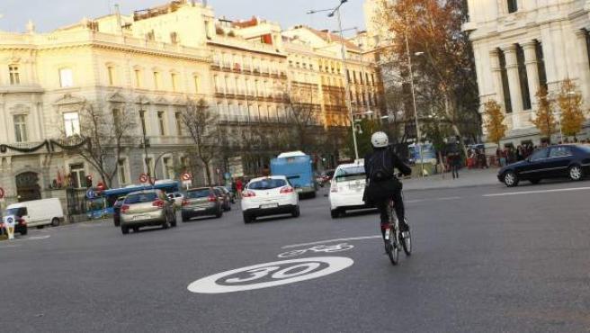 Una ciclista circula por la ciclocalle habilitada en la plaza de Cibeles.