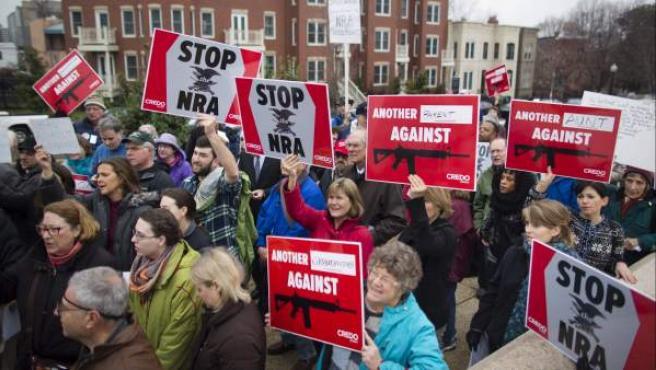 Cientos de personas pertenecientes a una asociación a favor del control de las armas (Cedro) se manifiestan en frente de la sede de la Asociación Nacional del Rifle en el Capitolio de Washington.