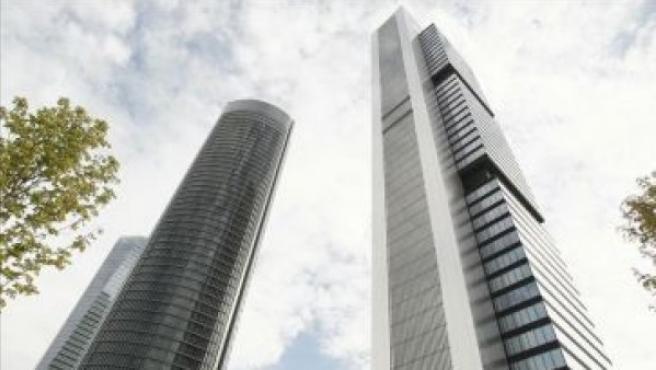 A la derecha, torre en la Castellana diseñada por Norman Foster.