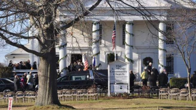 Un grupo de personas carga el ataúd que lleva el cuerpo de la maestra Victoria Soto, una de las víctimas de la masacre de Newtown.