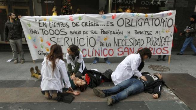 Varios sanitarios simulan la atención a pacientes en la calle.