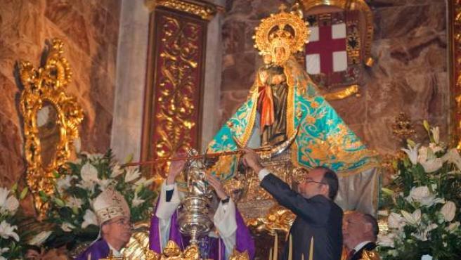 Rodríguez-Comendador entrega el bastón de mando a la Virgen del Mar