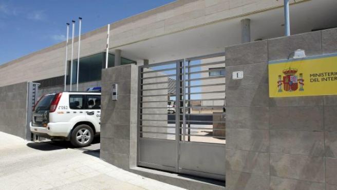 Un coche de la Guardia Civil entra en un cuartel.