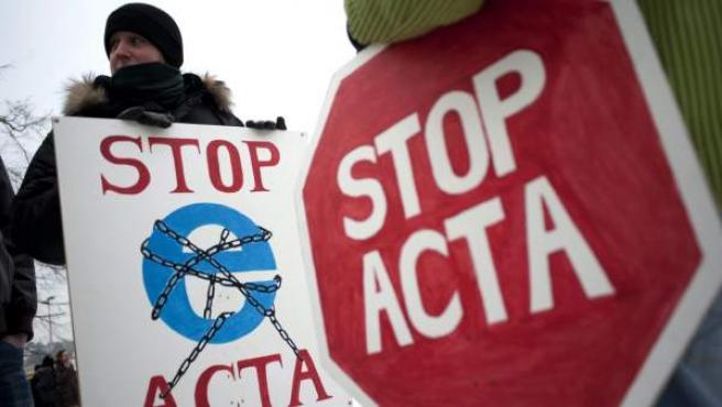 Manifestantes que han protestado contra el tratado ACTA (Acuerdo Comercial Anti-Falsificación) en Budapest, Hungría.