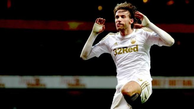 El delantero español del Swansea, Michu, durante la celebración de un gol.