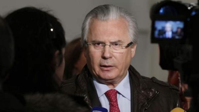 Garzón atiende a los medios antes de impartir en Oviedo una conferencia.