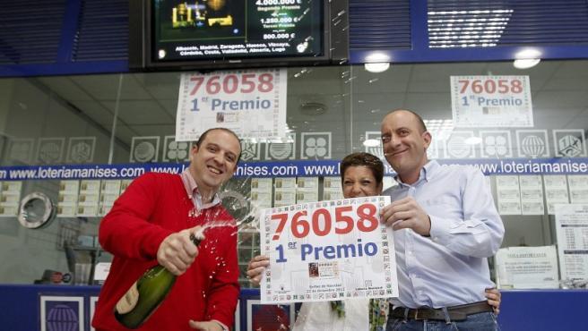 Los responsables de la adminstración numero 3 de Manises (Valencia), Rada, Francisco y Amparo, celebra con cava el haber repartido una serie del 76.058 ,el Gordo de Navidad.