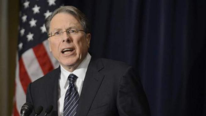 El vicepresidente ejecutivo de la Asociación Nacional del Rifle (NRA) de EE.UU., Wayne LaPierre, comparece ante la prensa en Washington DC, Estados Unidos.