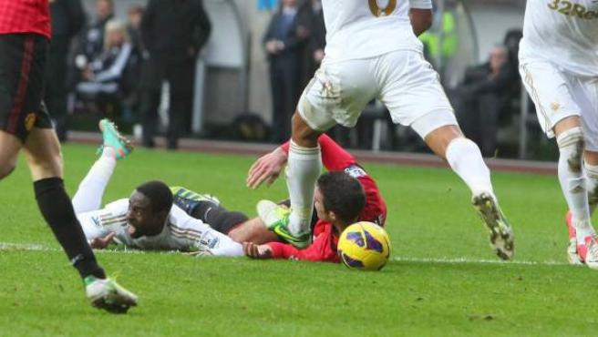 El delantero holandés del Manchester United, Robin van Persie, en el suelo ante el Swansea.