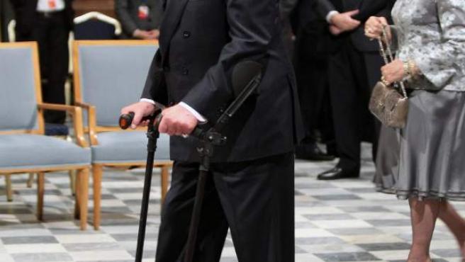 El rey Juan Carlos durante la XXII Cumbre Iberoamericana, apoyado en unas muletas.