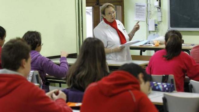 Una profesora, en un aula del IES Cervantes de Madrid.