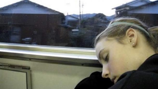 Una niña, durmiendo de día mientras viaja.