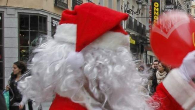 Un hombre disfrazado de Papá Noel.