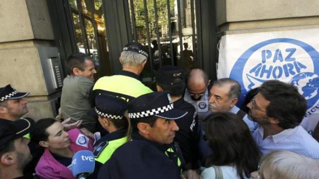 Imagen del desahucio de la ONG Paz Ahora de su sede en la calle Princesa de Madrid.