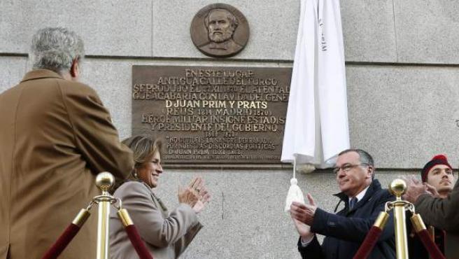 El presidente del Congreso de los Diputados, Jesús Posada (i), la alcaldesa de Madrid, Ana Botella, y el alcalde de Reus, Carles Pellices (d) , descubren una placa conmemorativa en el lugar donde Prim fue tiroteado.