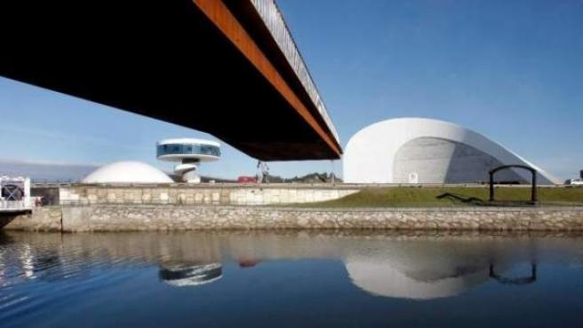 Pasarela de acceso desde el casco urbano de Avilés al Centro Cultural Internacional Oscar Niemeyer.