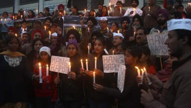 Vigilia en la ciudad de Amritsar (India) en solidaridad con la joven violada.