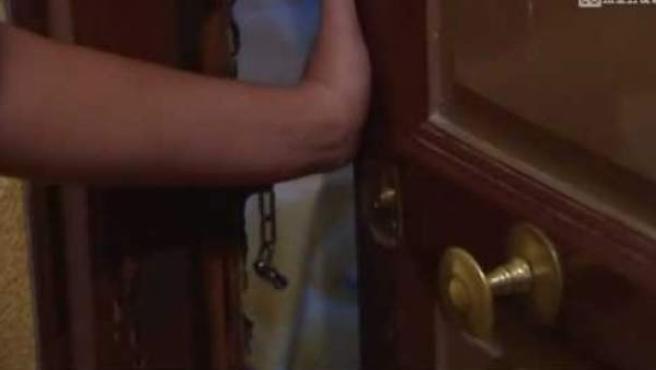 La anciana cerró la puerta de su casa con llave para que el ladrón no pudiese huir.