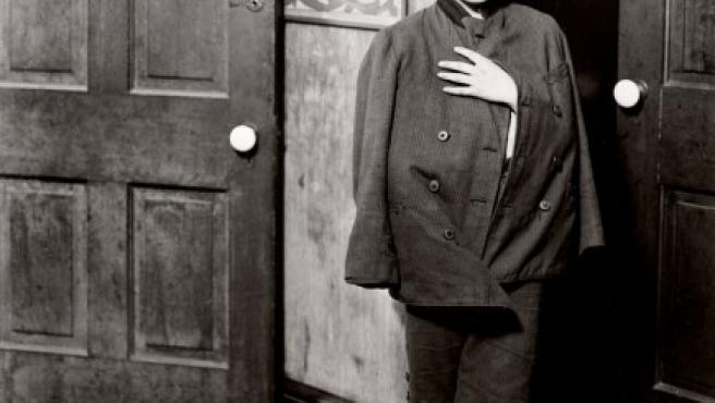 Niño esperando a ser atentido en un dispensario médico en 1910, en Chicago