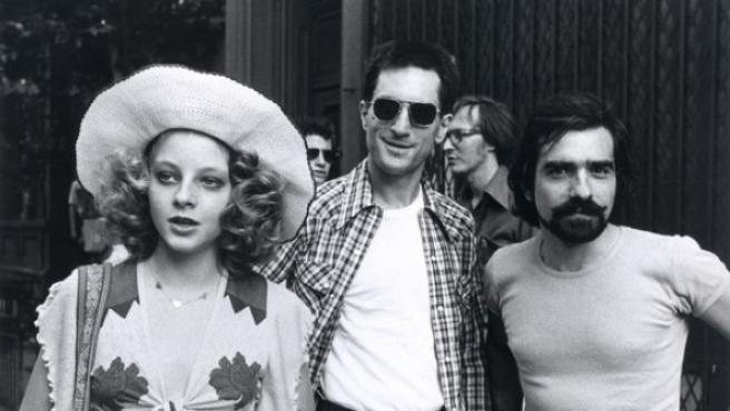 Desde la izquierda, Jodie Foster, Robert De Niro y Martin Scorsese durante una pausada de rodaje de Taxi Driver (1976)
