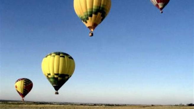 La hermosa imagen de los globos surcando el aire del Guadarrama.