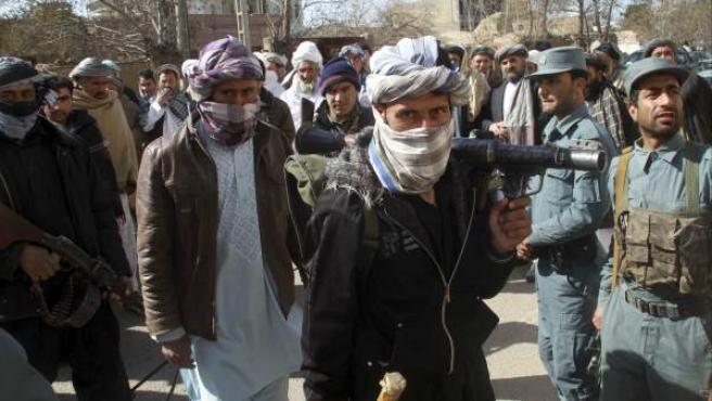 Doce talibanes entregan sus armas en Herat, Afganistán, en una foto de archivo.