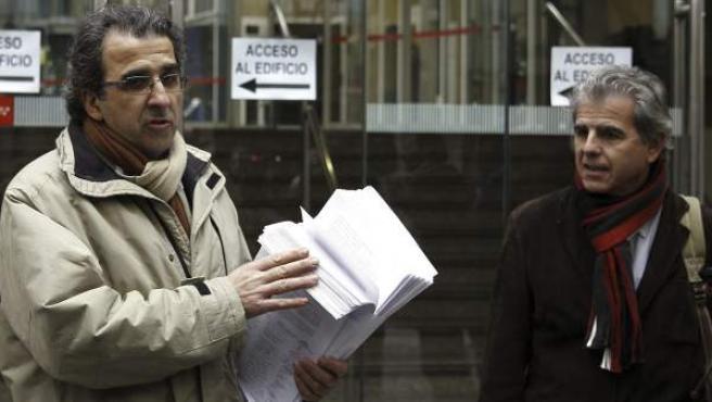 Los portavoces de la plataforma de directivos de centros de salud, Paulino Cubero (i) y Alejandro Tejedor (d), presentan las renuncias a sus cargos de los profesionales que se oponen a las privatizaciones en la gestión sanitaria.