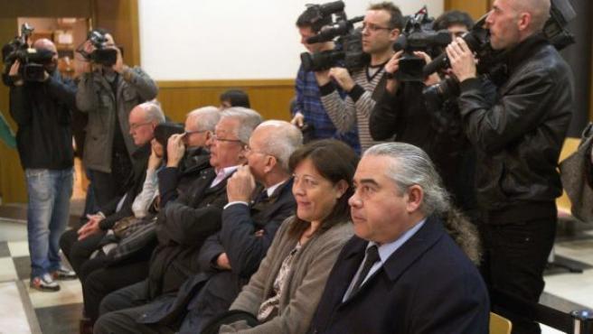 Fidel Pallerols, a la derecha, junto al resto de acusados en el caso Pallerols, en la Audiencia de Barcelona.