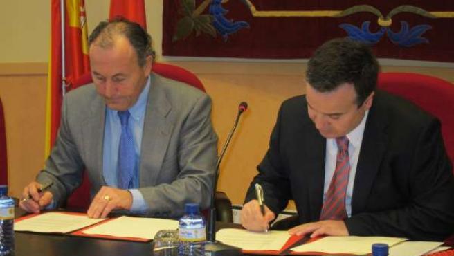 Fernández Madruga y Alonso firman la entrega de los documentos.