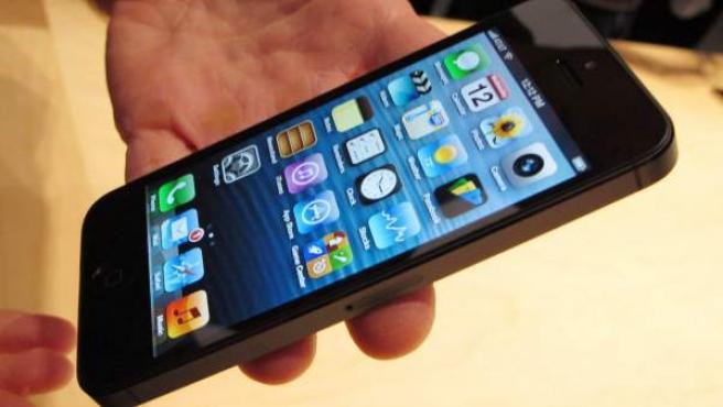 Un ejecutivo de Apple muestra el nuevo iPhone 5.