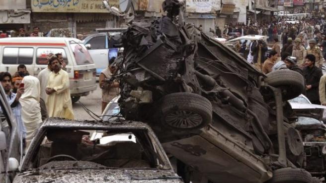 Un grupo de personas inspeccionan el escenario de uno de los ataques terroristas de este jueves en Pakistán.