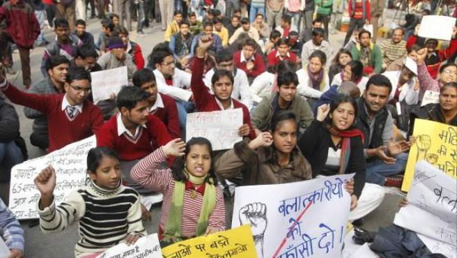 Estudiantes y activistas indios participan en una protesta contra la reciente violación de la joven.