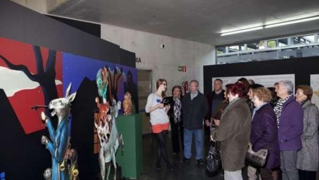 Visitantes a la exposición de los Hermanos Grimm