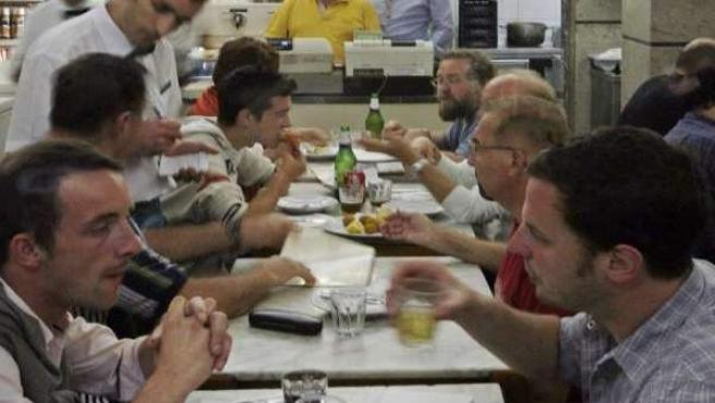 Imagen de algunas personas comiendo en un restaurante.