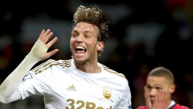El delantero español del Swansea, Michu, celebra un gol ante el Arsenal.