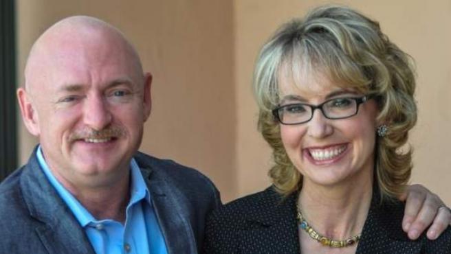 Gabby Giffords y su marido, Mark Kelly.