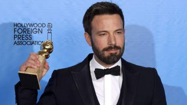 El actor estadounidense Ben Affleck sostiene su Globo de Oro al mejor director por la película 'Argo', el 13 de enero de 2013, en la 70 edición de los premios.