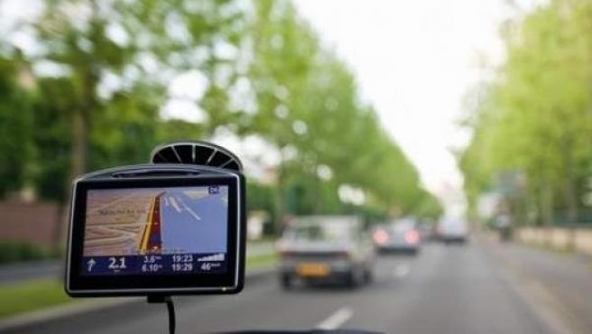 Un sistema de navegación GPS guía a un coche a través de una carretera.