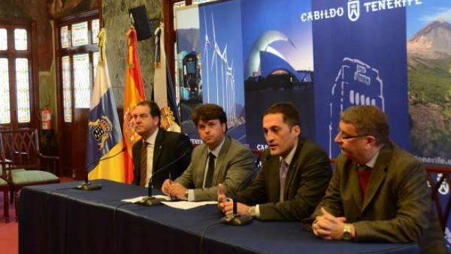 García Marichal (en el centro) , en rueda de prensa