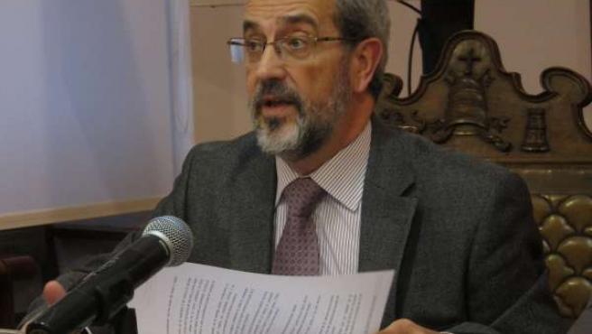 El rector de la USAL, Daniel Hernández Ruipérez, en rueda de prensa.