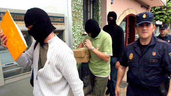 Agentes de la Policía Nacional salen del bar Faisán de Behobia (Irún), dentro de la operación contra la red de financiación de ETA.