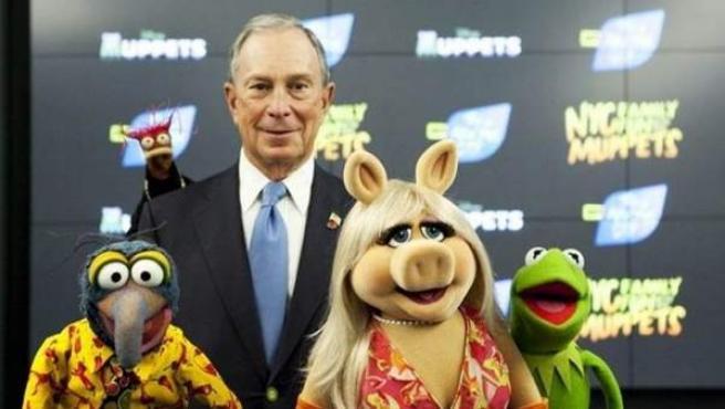 El alcalde Bloomberg junto a tres de los 'muppets'.